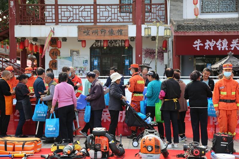 太统崆峒山管护中心开展森林防灭火和安全生产宣传活动